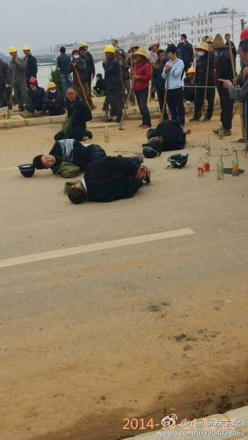 Cảnh sát bị dân chúng bắt